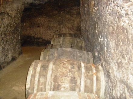 Βαρέλια κρασιού στις υπόγειες στοές του αρχοντικού
